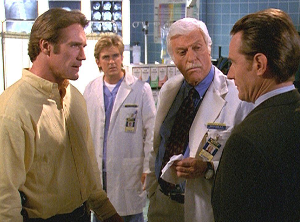 Steve (Barry Van Dyke, l.), Jesse (Charlie Schlatter, 2.v.l.) und Mark (Dick Van Dyke, 2.v.r.) stehen der Aussage von Rutgers (Bryan Cranston, r.) s... - Bildquelle: Viacom