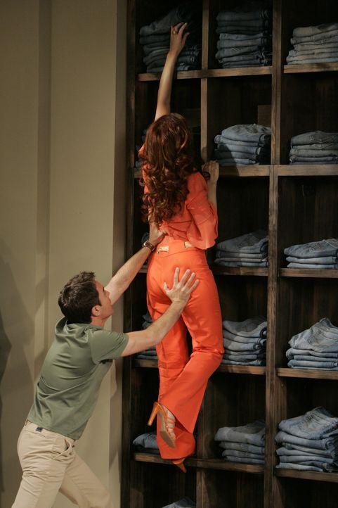 Bei einem gemeinsamen Shopping - Tag muss Will (Eric McCormack, l.) Grace (Debra Messing, r.) das Leben an einem Jeansregal retten ... - Bildquelle: Chris Haston NBC Productions