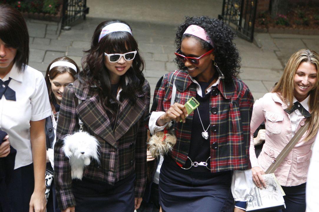 Die Studenten Kati (Nan Zhang, l.) und Isabel (Nicole Fiscella, r.) wissen, woauf es in der Elite-Schule ankommt: Sehen und gesehen werden! - Bildquelle: Warner Brothers
