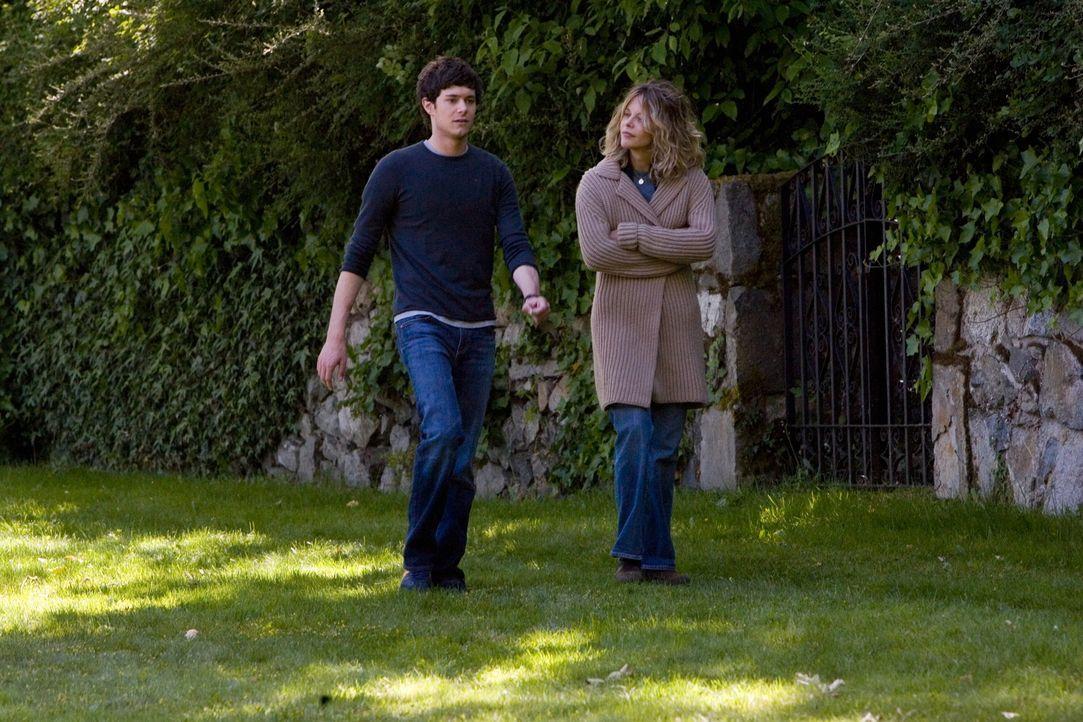 Als Carter (Adam Brody, l.) die gegenüber wohnende Familie Hardwicke kennen lernt, versteht er sich auf Anhieb mit der alleinerziehenden Sarah (Meg... - Bildquelle: 2007 Warner Brothers