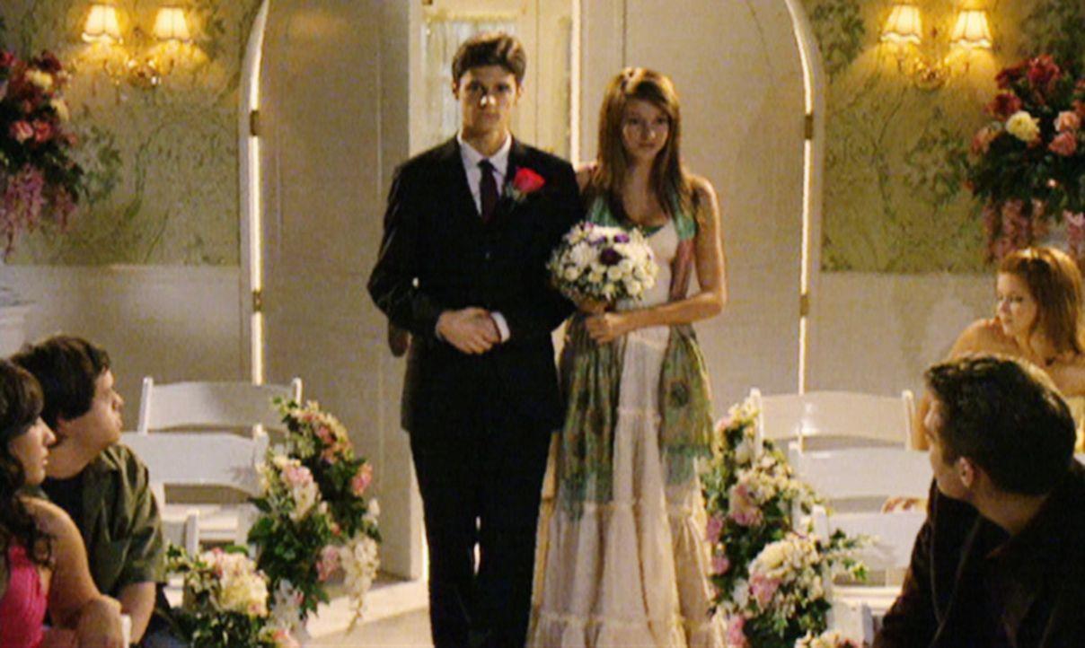 Eigentlich wollten Ben (Ken Baumann, l.) und Amy (Shailene Woodley, r.) heimlich heiraten, doch aus der intimen Hochzeit wird eine Veranstaltung für... - Bildquelle: 2008 DISNEY ENTERPRISES, INC. All rights reserved. NO ARCHIVING. NO RESALE.