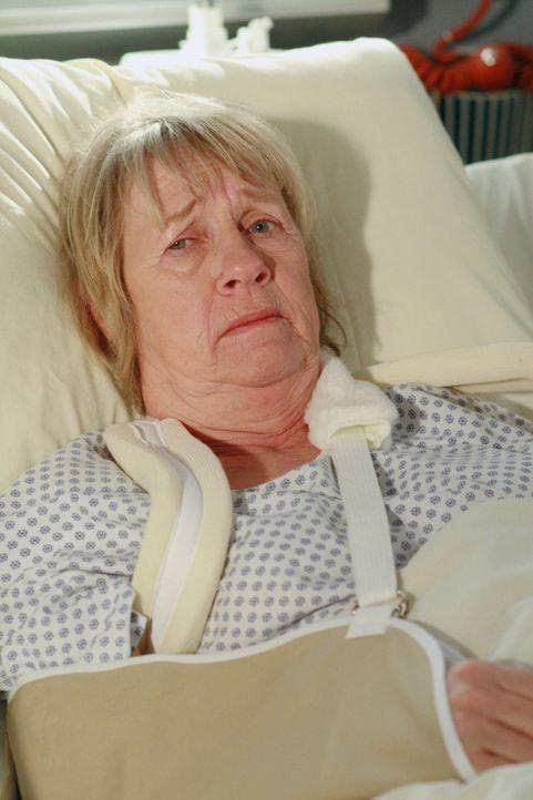 Bei einem Stromausfall stürzt Karen McCluskey (Kathryn Joosten) die Treppe hinunter und muss in die Klinik ... - Bildquelle: 2005 Touchstone Television  All Rights Reserved