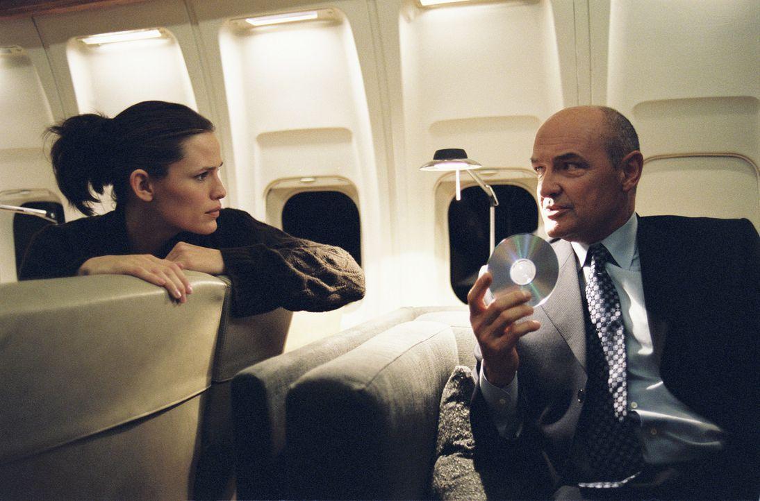 Sydney (Jennifer Garner, l.) wird betäubt und in ein Flugzeug gebracht, in dem sie Kendall (Terry O'Quinn, r.) sieht. Er konfrontiert sie mit... - Bildquelle: Touchstone Television