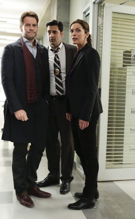 Jagen einen Mörder: (v.l.n.r.) Detective Hanson (Donnie Keshawarz), Henry (Ioan Gruffudd) und Detective Jo Martinez (Alana de la Garza) ... - Bildquelle: Warner Brothers