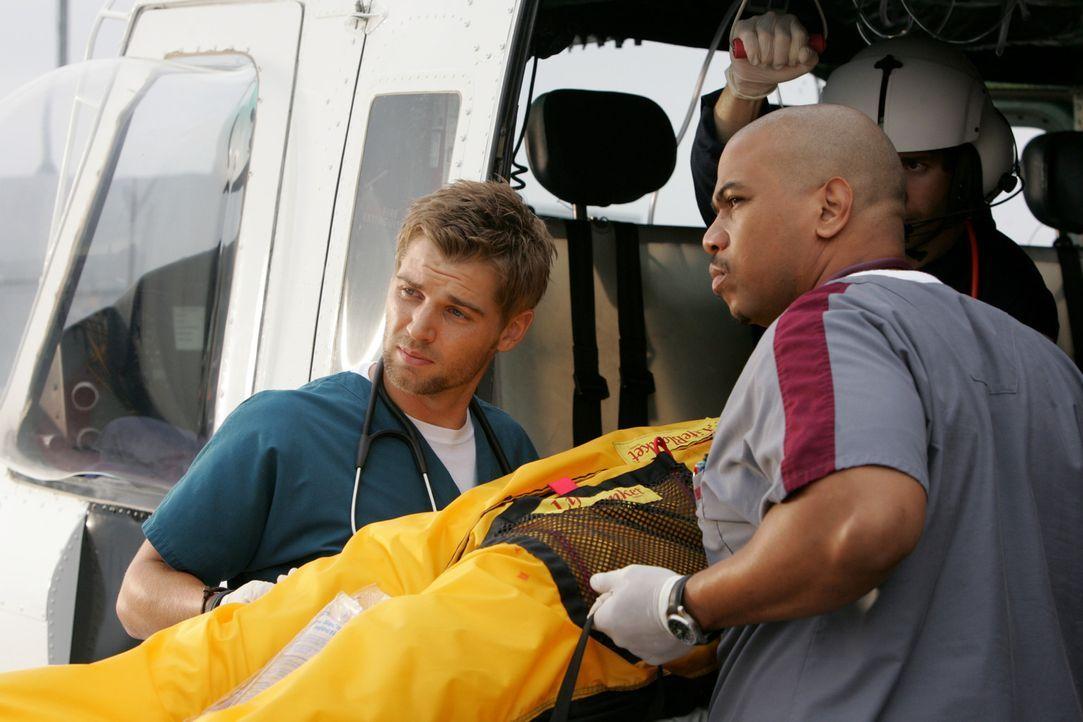Können Dr. DeLeo (Mike Vogel, l.) und Chef-Pfleger Tuck Brody (Omar Gooding, r.) den neuen Patienten retten? - Bildquelle: Warner Brothers