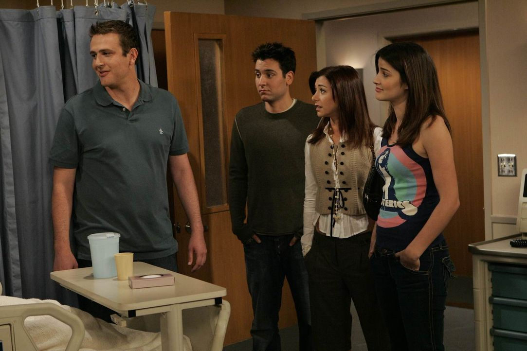 Besuchen Barney im Krankenhaus, der die Nacht mit Professorin Lewis nicht ganz verkraftet hat: Ted (Josh Radnor, 2.v.l.), Marshall (Jason Segel, l.)... - Bildquelle: 20th Century Fox International Television