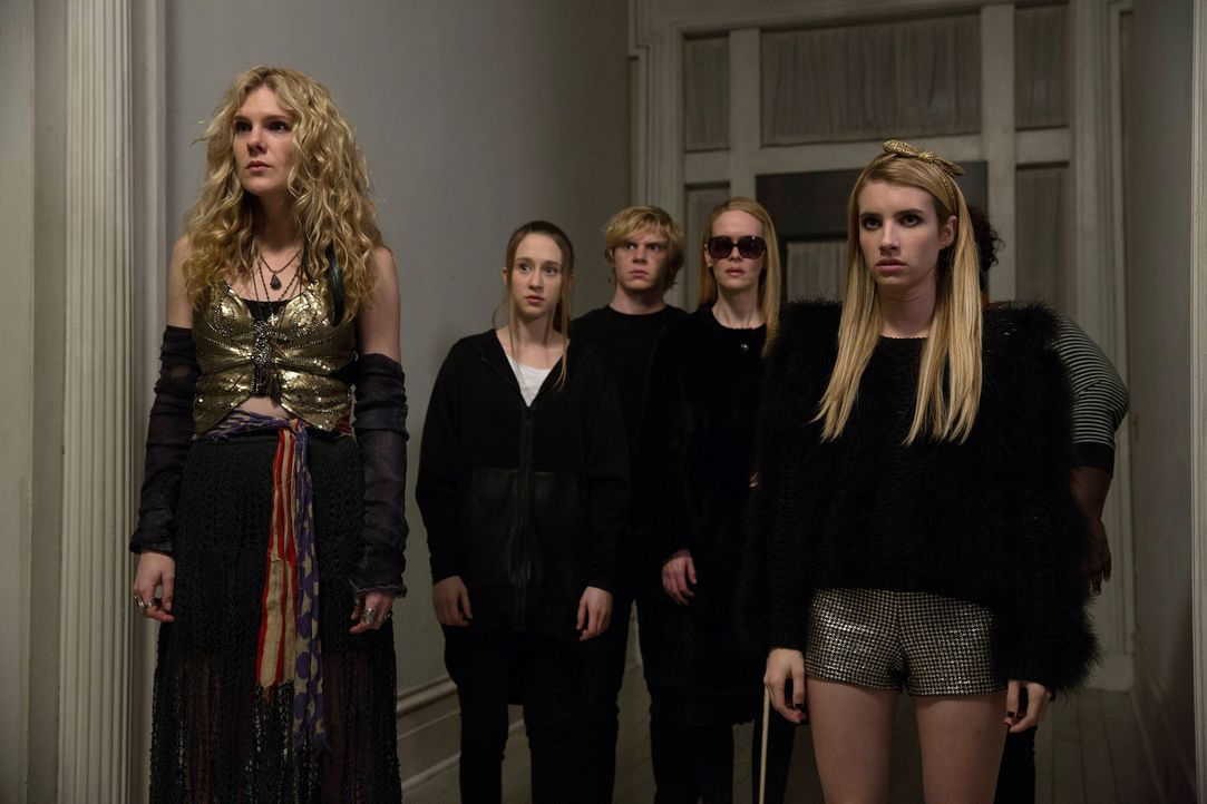 Misty (Lily Rabe, l.), Zoe (Taissa Farmiga, 2.v.l.), Kyle (Evan Peters, M.), Cordelia (Sarah Paulson, 2.v.r.) und Madison (Emma Roberts, r.) kämpfen... - Bildquelle: 2013-2014 Fox and its related entities. All rights reserved.
