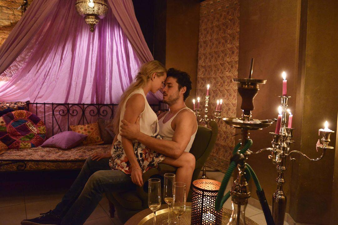 Luisas (Jenny Bach, l.) Libido ist entflammt - doch das liegt nicht an ihrem zukünftigen Ehemann, sondern an Sami (Alexander Milo, r.) ... - Bildquelle: Oliver Ziebe sixx