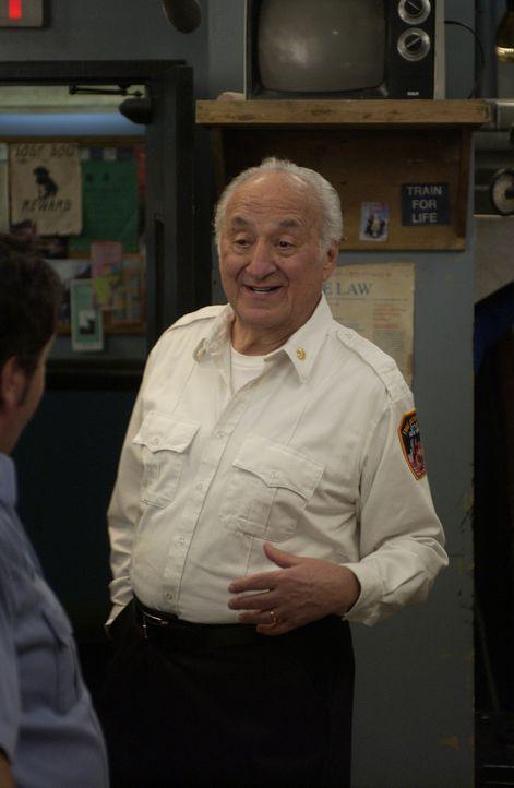 Tommys Dad (Charles Durning) rührt kräftig die Gerüchteküche ... - Bildquelle: 2007 Sony Pictures Television Inc. All Rights Reserved