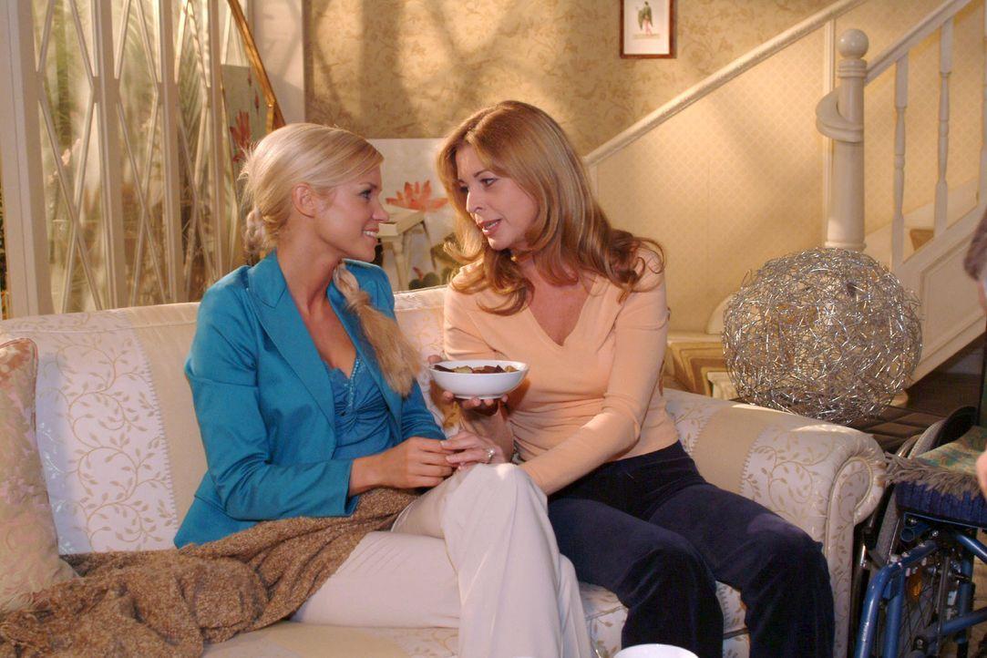 In Laura (Olivia Pascal, r.) findet Sabrina (Nina-Friederike Gnädig, l.) eine verständnisvolle Zuhörerin. - Bildquelle: Monika Schürle SAT.1 / Monika Schürle