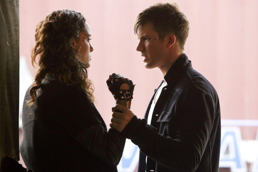 Erkennt Roman (Matt Lanter, r.), auf wessen Seite Teri (Chelsea Gilligan, l.) wirklich steht? - Bildquelle: 2014 The CW Network, LLC. All rights reserved.