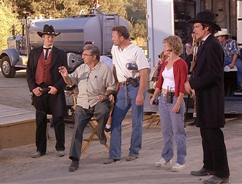 (v.l.n.r.) Carl, Regisseur Chris (Paul Picerni), Requisiteur Paul, Regieassistentin Nadine (Lynne MacLean) und Stuntman Steve (Barry Van Dyke) bespr... - Bildquelle: Viacom