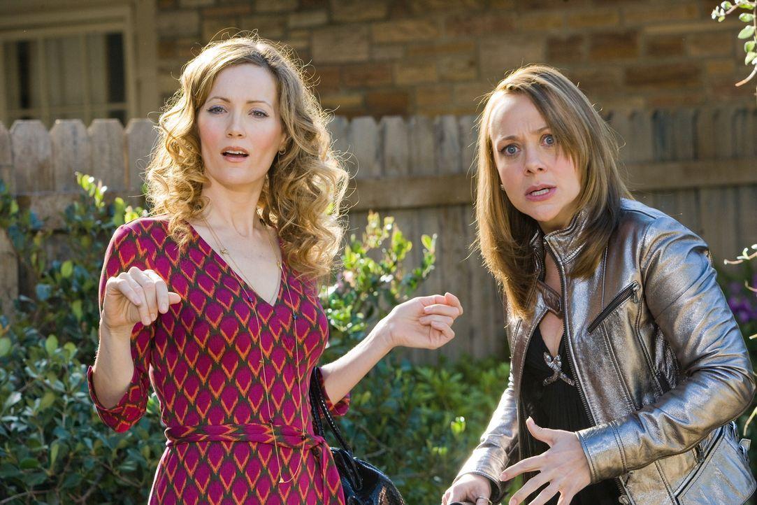Maggie (Michelle Trachtenberg, r.) kann es nicht glauben, aber der ruhige und besonnene Klassenkamerad Mark hat ihrer Mutter Scarlett (Leslie Mann,... - Bildquelle: 2008   Warner Bros.