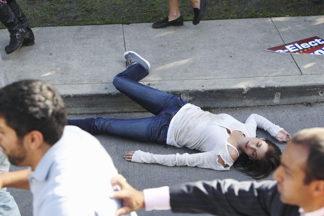 Die von Lynette geplante Demonstration nimmt ein schreckliches Ende: Susan (Teri Hatcher, liegend) ... - Bildquelle: ABC Studios