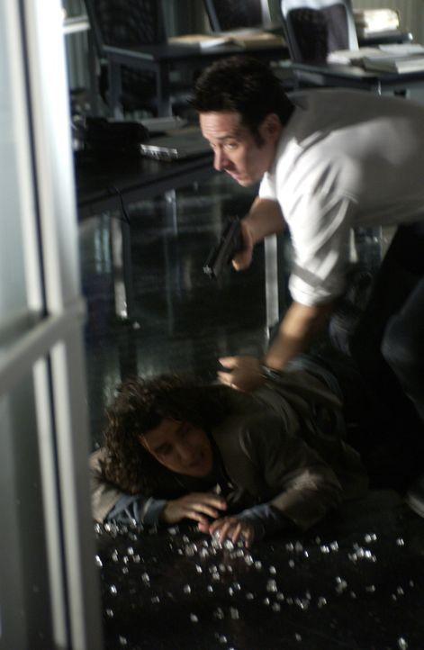 Auf das FBI-Büro wird ein Überfall verübt. Don (Rob Morrow, r.) und Charlie (David Krumholtz, l.) können sich gerade noch rechtzeitig in Sicherheit... - Bildquelle: Paramount Network Television