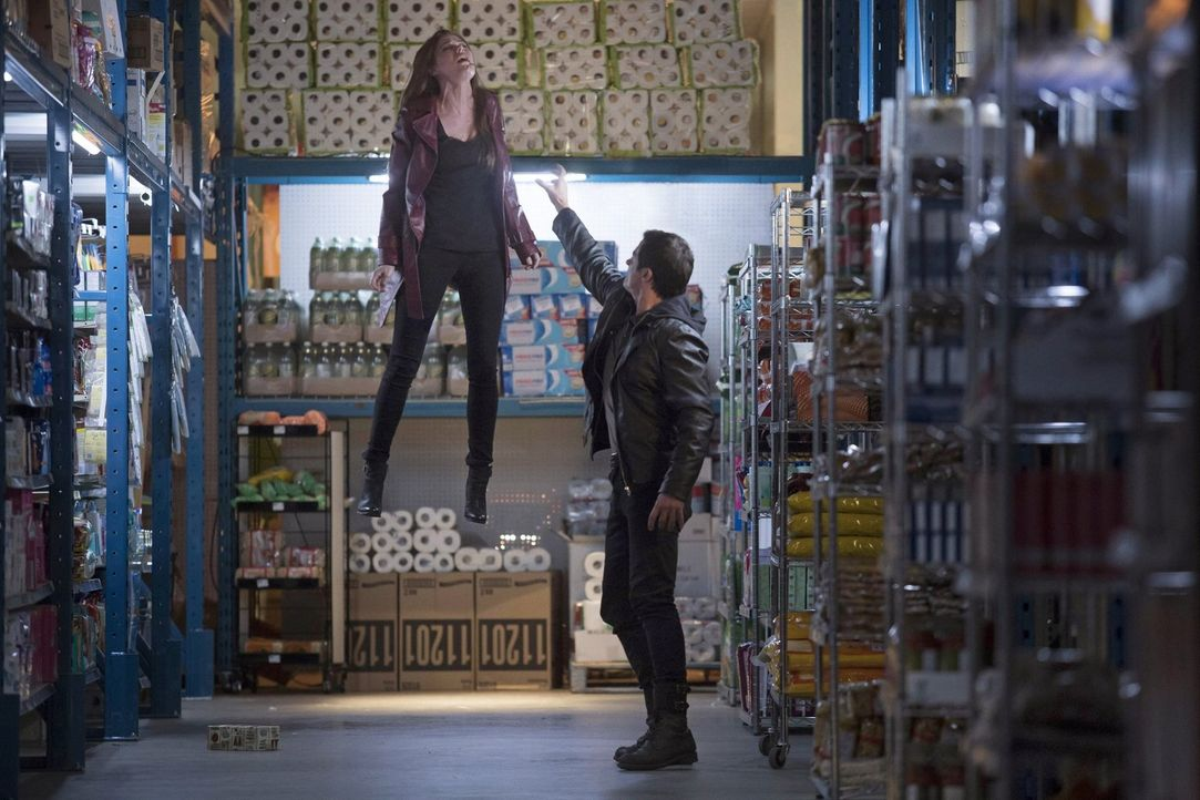 Julian (James Mackay, r.) hat nur ein Ziel: Cara (Peyton List, l.) töten ... - Bildquelle: Warner Bros. Entertainment, Inc