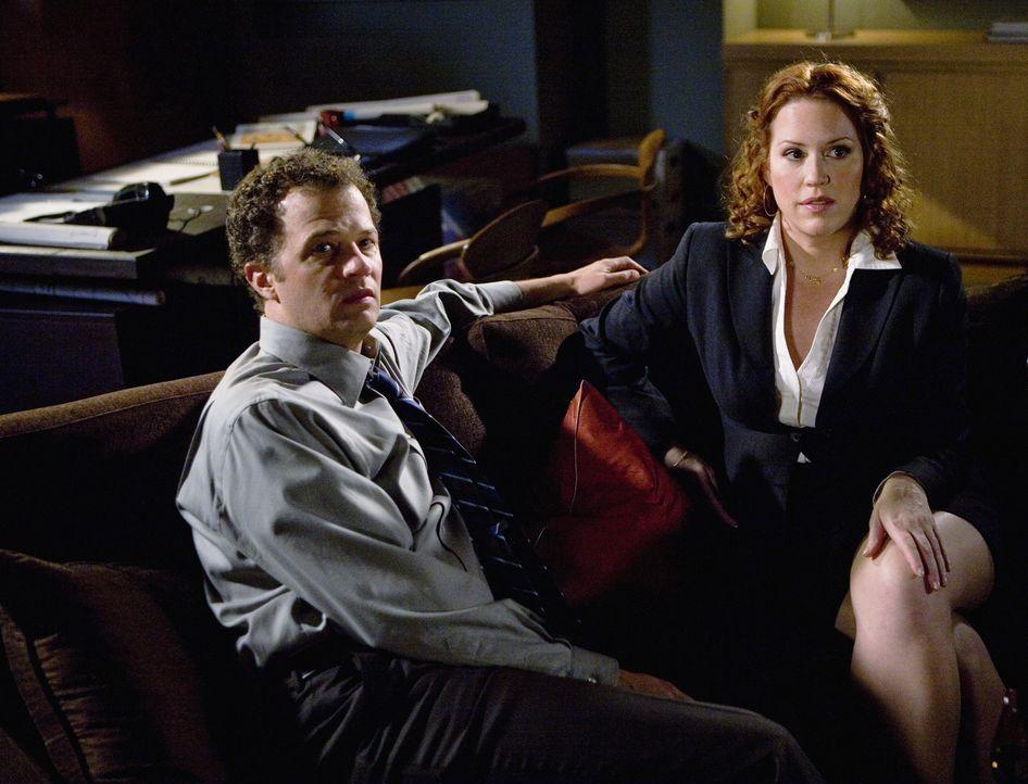 George ist furchtbar eifersüchtig auf Anne (Molly Ringwald, r.), die von David Johnson (Ben Weber, l.) einen Job angeboten bekommt ... - Bildquelle: 2008 DISNEY ENTERPRISES, INC. All rights reserved. NO ARCHIVING. NO RESALE.
