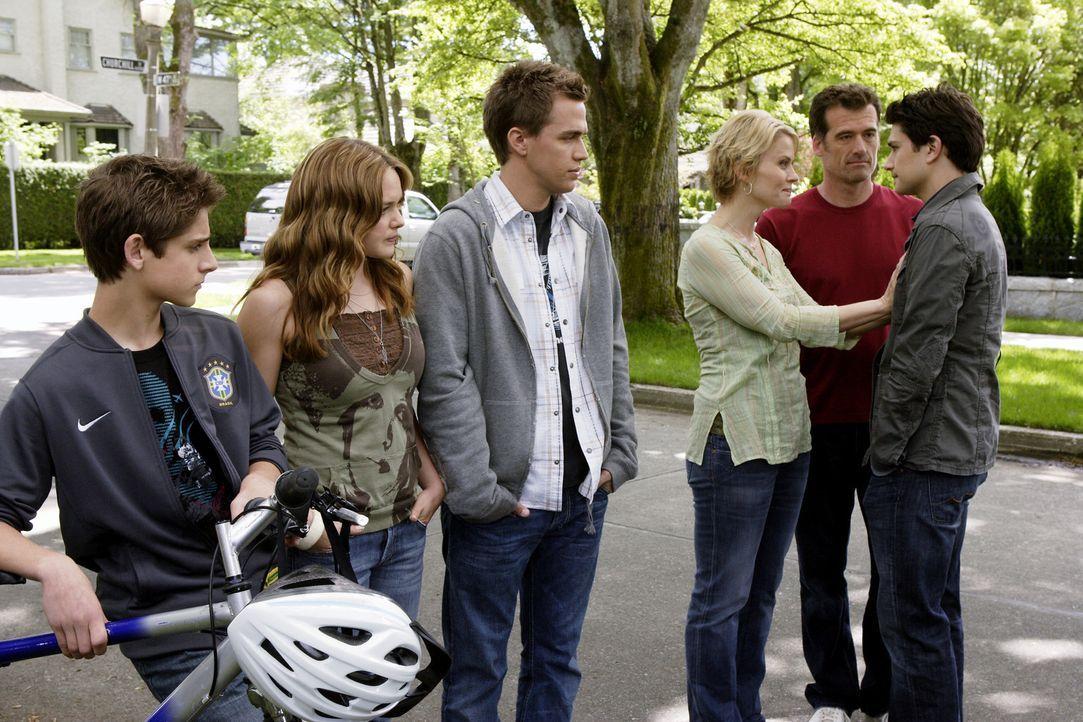 Kyle (Matt Dallas, r.) muss mit seinen angeblich leiblichen Eltern nach Hause. Doch Josh (Jean-Luc Bilodeau, l.), Lori (April Matson, 2.v.l.), Decla... - Bildquelle: TOUCHSTONE TELEVISION