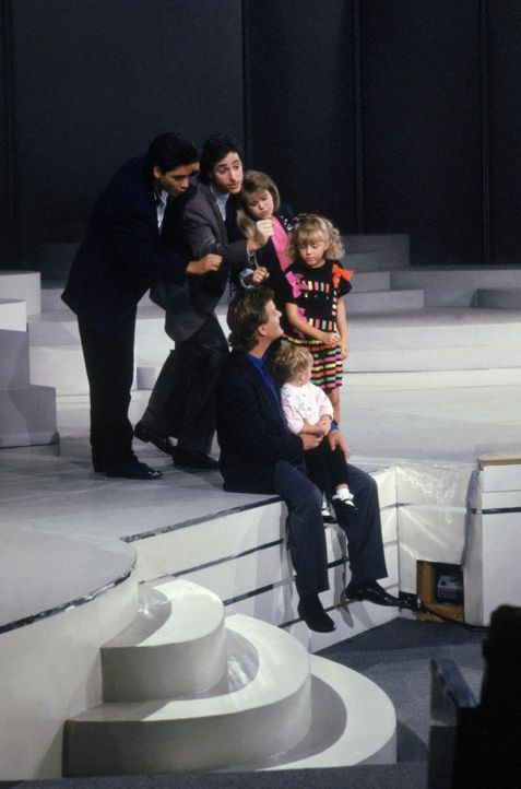"Erobern gemeinsam die ""Star Search"" - Bühne: Jesse (John Stamos, l.), Danny (Bob Saget, 2.v.l.), D.J. (Candace Cameron, hinten 2.v.r.), Stephanie (J... - Bildquelle: Warner Brothers Inc."