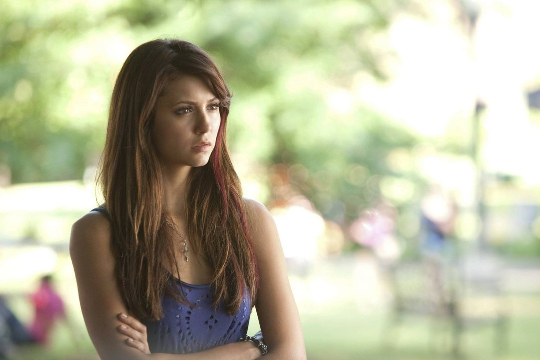 Elena (Nina Dobrev) lernt einen gutaussehenden und geheimnisvollen Dozenten kennen. Es scheint, als wäre er Mitglied eines geheimen Zirkels ... - Bildquelle: Warner Brothers