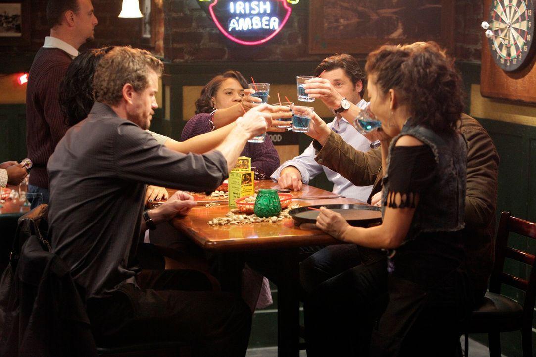 Owen, Miranda (Chandra Wilson, M.), Mark (Eric Dane, vorne l.) und Callie die gemeinsam mit Derek (Patrick Dempsey, 2.v.r.) die Beihilfe, für seine... - Bildquelle: ABC Studios