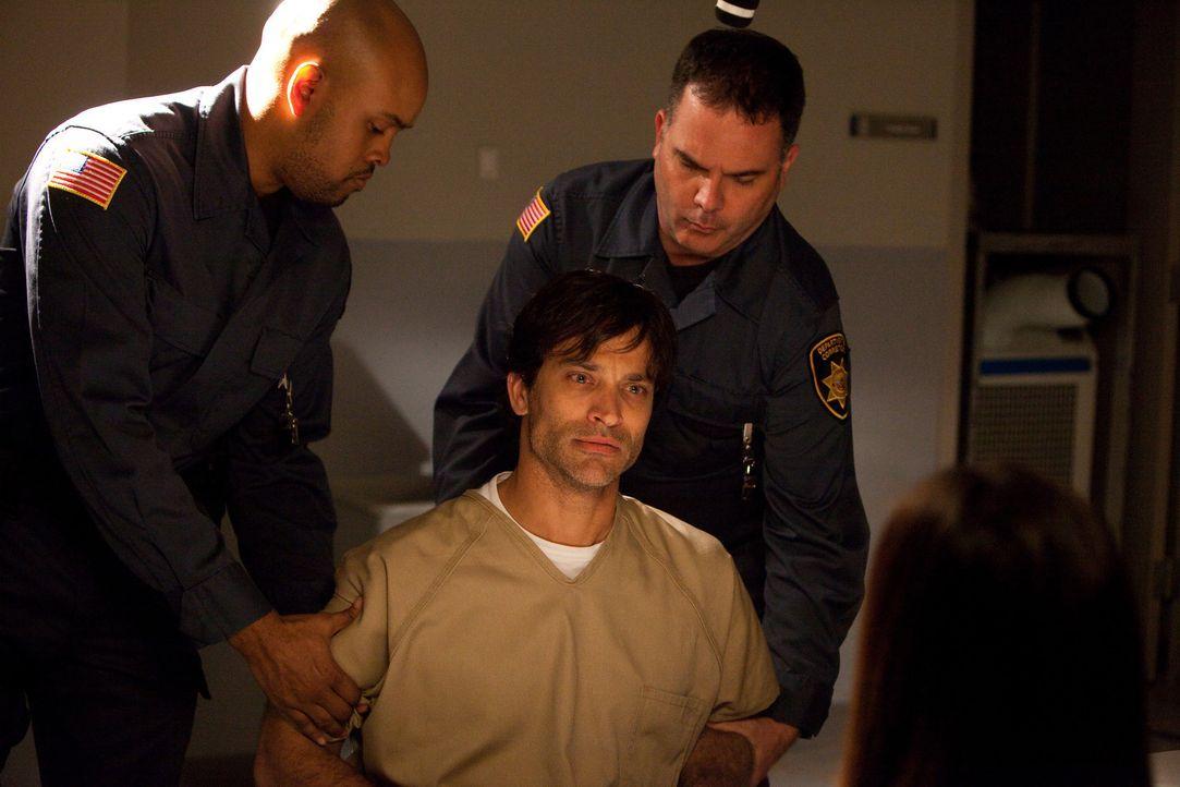 Aaron Howard (Johnathon Schaech, M.) steht die Todesstrafe bevor. Als letzte gute Tat will er seiner schwer kranken Schwester Tina sein Herz spenden - Bildquelle: 2011 Sony Pictures Television Inc. All Rights Reserved.