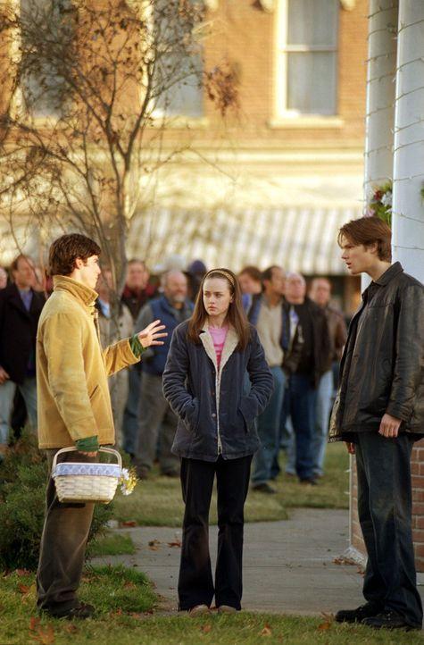 Die Picknickkorb-Versteigerung in Star Hollow sorgt für Unmut in Rorys (Alexis Bledel, M.) Beziehung, als nicht Dean (Jared Padalecki, r.) ihren Kor... - Bildquelle: 2001 Warner Bros. Entertainment, Inc.