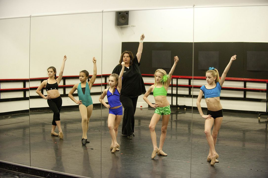Bei ihren Proben wären Brooke (l.), Nia (2.v.l.), Maddie (M.), Paige (2.v.r.), Chloe (r.) und auch Abby (hinten) nie darauf gekommen, dass sie bald... - Bildquelle: Scott Gries 2012 A+E Networks