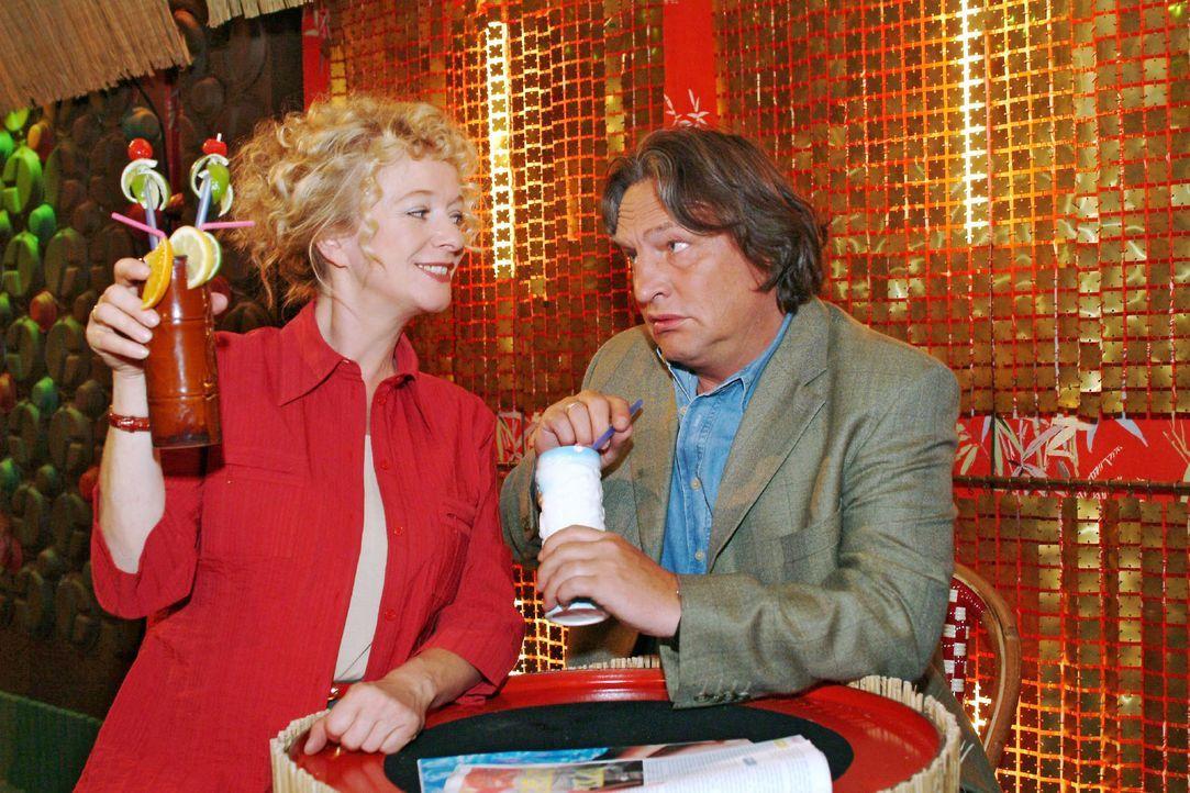 Helga (Ulrike Mai, l.) ist glücklich, dass sie Bernd (Volker Herold, r.) überreden konnte, mit ihr in der Bar einen gemütlichen Abend zu verbringen.... - Bildquelle: Monika Schürle SAT.1 / Monika Schürle