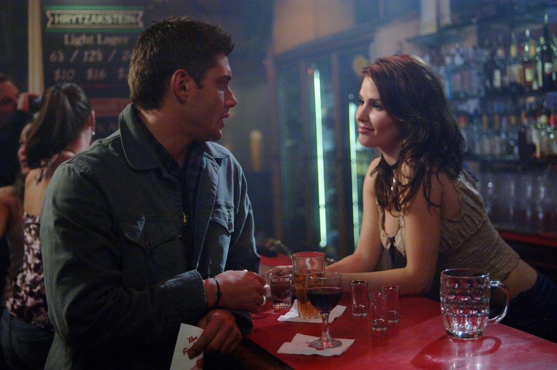 Dean (Jensen Ackles, l.) erhofft sich von der Barkeeperin (Nimet Kanji, r.) Hinweise zu den mysteriösen Todesfällen ... - Bildquelle: Warner Bros. Television