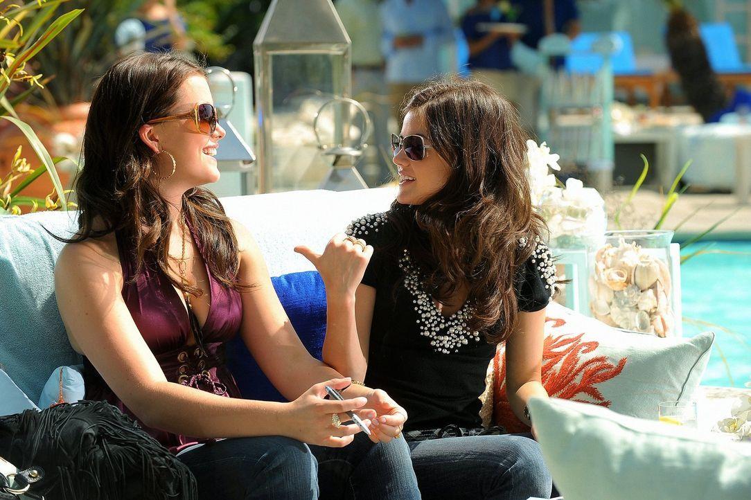 Patricia Kingston, eine wichtige PR-Managerin, will die Baker-Zwillinge Sage (Ashley Newbrough, l.) und Rose (Lucy Hale, r.) unter Vertrag nehmen -... - Bildquelle: Warner Bros. Television