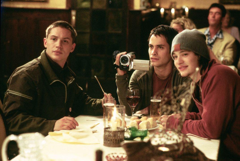 Gemeinsam mit seinen Freunden Tom (Tom Hardy, l.) und Theo (Charlie Cox, l.) genießt Kit (Gael García Bernal, M.) einen abendlichen Restaurantbesu...