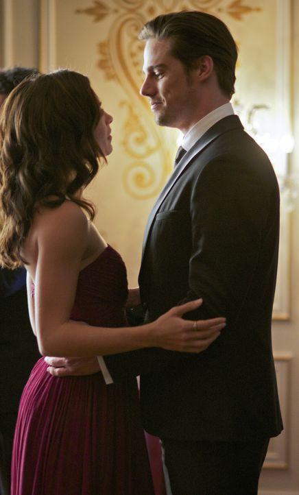 Als Vincent (Jay Ryan, r.) überraschend auf der Hochzeit von Cats (Kristin Kreuk, l.) Vater auftaucht, ist sie überglücklich ... - Bildquelle: 2012 The CW Network, LLC. All rights reserved.