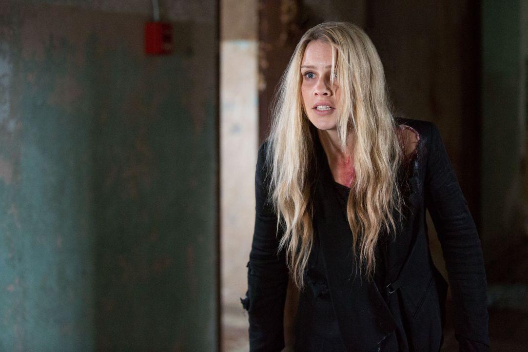 Rebekah leidet Qualen - Bildquelle: Warner Bros. Entertainment Inc.
