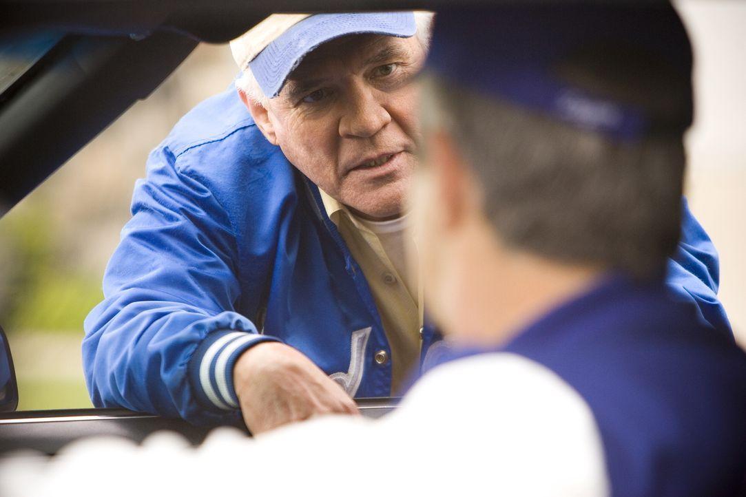 Das wird Folgen haben: Nachdem sie in Provenzas Garage eine Leiche finden, beschließen die hart gesottenen Baseballfans Provenza (G.W. Bailey, l.) u... - Bildquelle: Warner Brothers