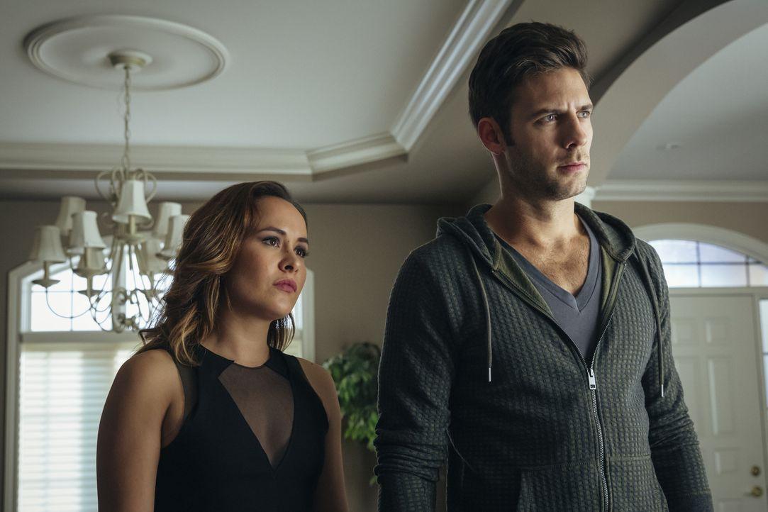 Nachdem Nick (Steve Lund, r.) eine erstaunliche Entwicklung bei Rocco entdeckt hat, bittet er Paige (Tommie-Amber Pirie, l.) um Rat und Hilfe ... - Bildquelle: 2016 She-Wolf Season 3 Productions Inc.