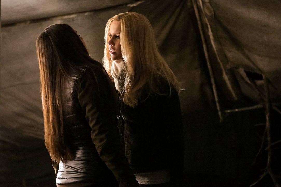 Immer wieder geraten Elena (Nina Dobrev, l.) und Rebekah (Claire Holt, r.) aneinander, egal ob aus Hass oder aus Liebe zu den Ihren ... - Bildquelle: Warner Bros. Television