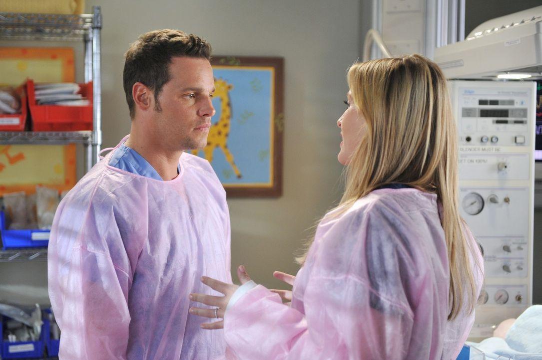 Während Alex (Justin Chambers, l.) versucht, Morgan zu meiden, da sie zu abhängig von ihm wird, möchte Callie mehr über Arizonas (Jessica Capshaw, r... - Bildquelle: ABC Studios