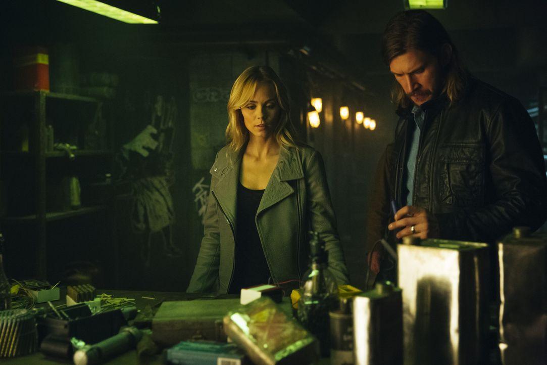 Während Elena (Laura Vandervoort, l.) und Clay (Greyston Holt, r.) an einem Plan feilen, wie sie die Kontrolle über ihr Rudel zurückgewinnen können,... - Bildquelle: 2016 She-Wolf Season 3 Productions Inc.