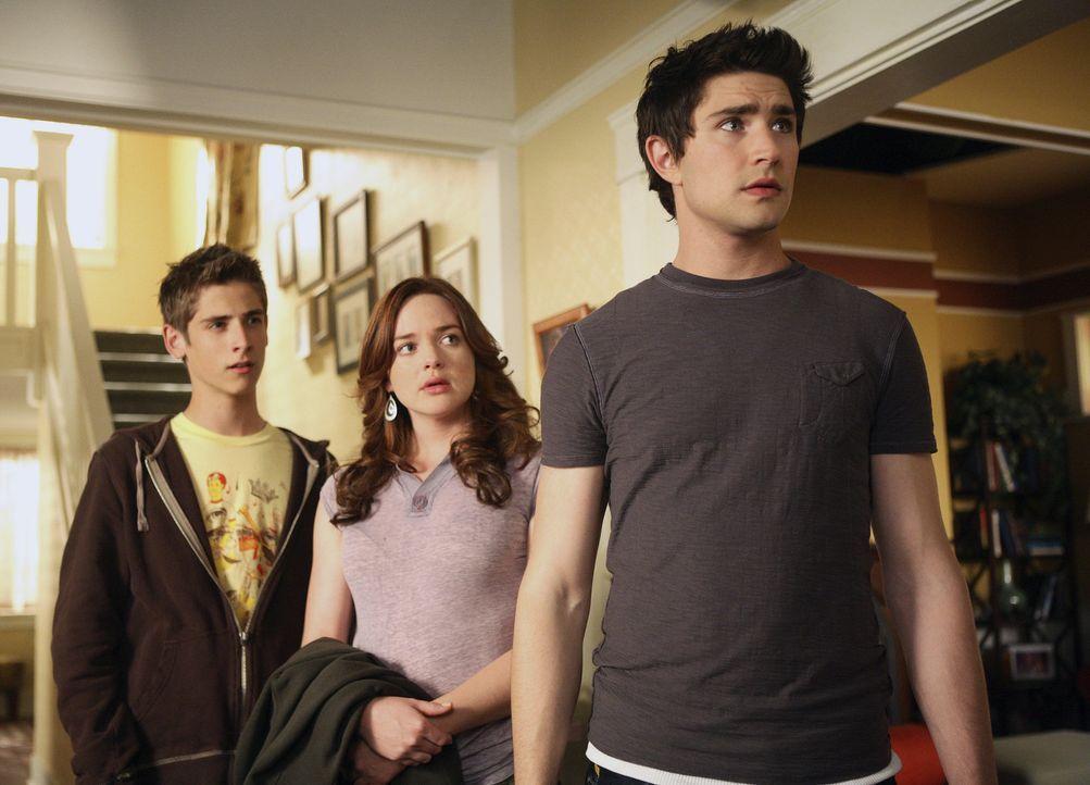 Weil sich die Tragers sorgen um die Kinder machen, haben sie Kyle (Matt Dallas, vorne), Lori (April Matson, M.) und Josh (Jean-Luc Bilodeau, hinten)... - Bildquelle: TOUCHSTONE TELEVISION