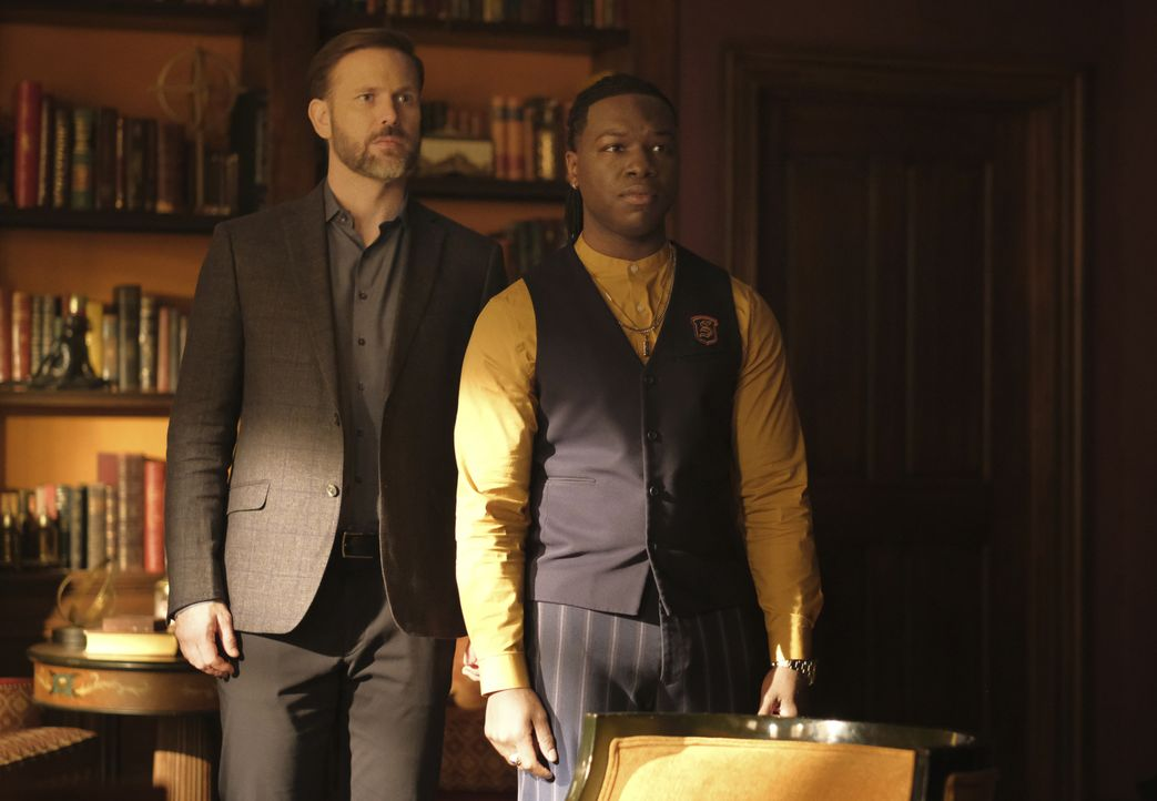 Alaric Saltzman (Matthe Davis, l.); Kaleb Hawkins (Chris Lee, r.) - Bildquelle: 2021 The CW Network, LLC. All rights reserved.