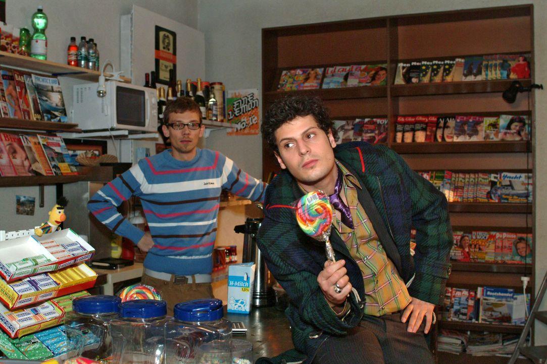 Jürgen (Oliver Bokern, l.) und Rokko (Manuel Cortez, r.) geraten über Lisa ins Schwärmen. - Bildquelle: Monika Schürle SAT.1 / Monika Schürle