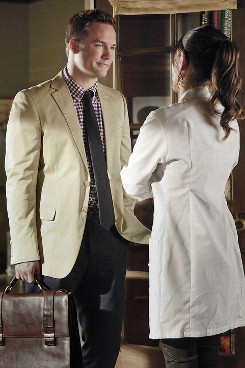 Nachdem ein Klient von George (Scott Porter, l.) seinen Job verloren hat, glaubt er, dass nur Zoe (Rachel Bilson, l.) dem Klienten aus der misslinge... - Bildquelle: Warner Bros.