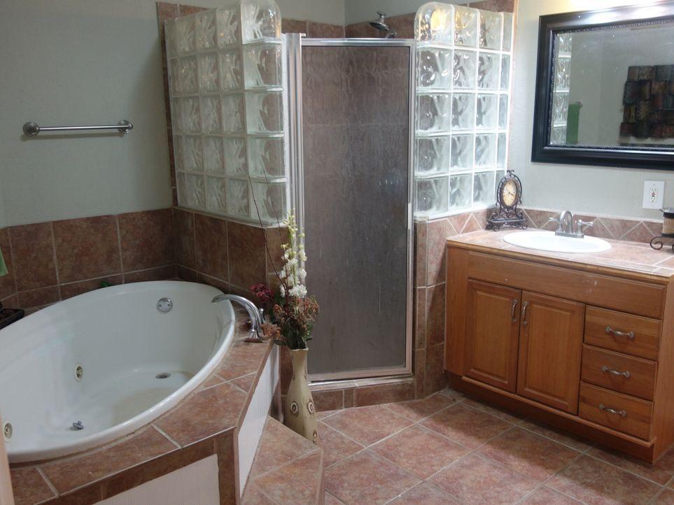 Mit der Badewanne und der Dusche begeistert das geräumige Badezimmer in Drift Winds Veronica und Carlos. Werden auch die anderen Räume sie überzeuge... - Bildquelle: 2015, HGTV/Scripps Networks, LLC. All Rights Reserved.