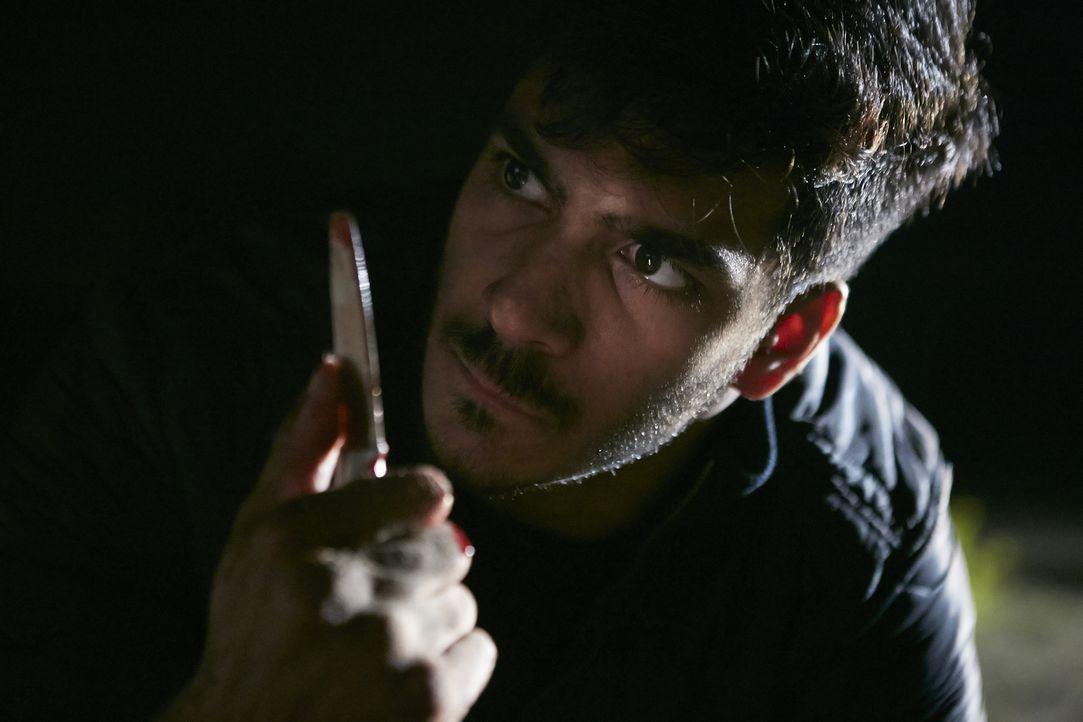 Guzman (Rohain Arora) entführt eines Abends zwei junge Frauen und vergeht sich an der einen. Als die andere junge Frau fliehen möchte, sticht er 33... - Bildquelle: Ian Watson Cineflix 2015