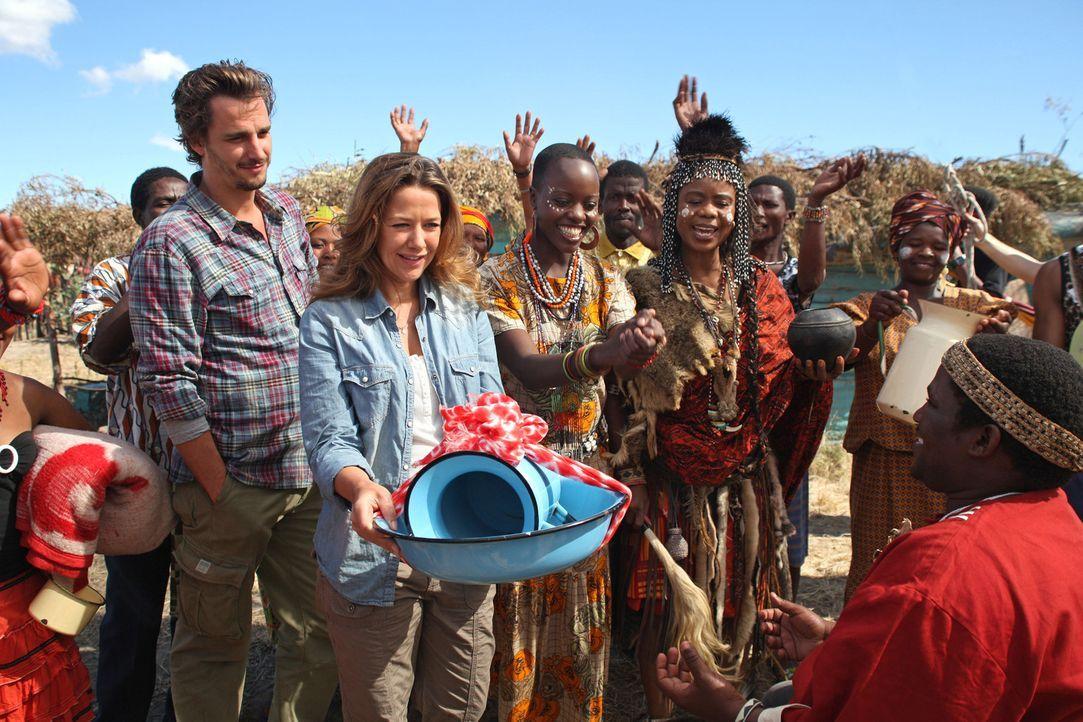 Die Tochter der Medizinfrau N`Nanga (Thembi Mtshali, 4.v.l.) und Schwester der Krankenschwester Mbuya (Florence Kasumba, 3.v.l.) heiratet. Auch Mari... - Bildquelle: Boris Guderjahn SAT.1
