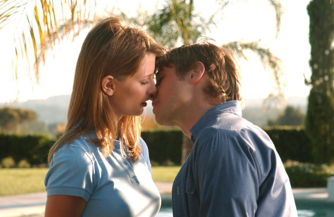 Ahnungslos, was in seiner Abwesenheit geschehen ist, küsst Ryan (Benjamin McKenzie, r.) Marissa (Mischa Barton, l.) ... - Bildquelle: Warner Bros. Television