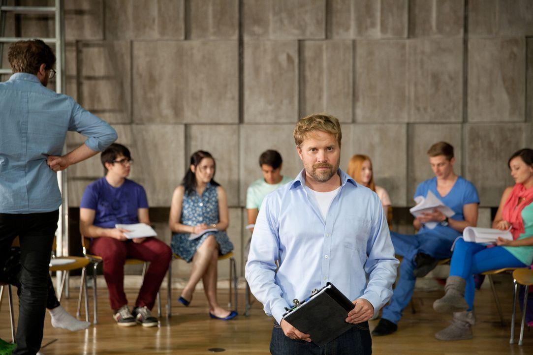Seit Jahren will Frank (Janek Rieke, vorne) Shakespeares Sommernachtstraum mit der Theater AG der Schule aufführen. Dieses Jahr scheint sein Traum i... - Bildquelle: Maor Waisburd SAT.1