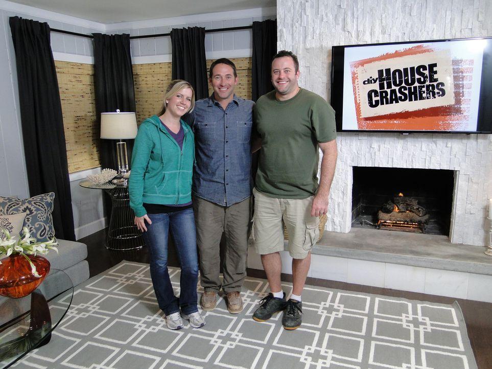 Um ihr neu bezogenes Haus moderner und wohnlich zu gestalten, brauchen Lindsey (l.) und Vince (r.) dringend Josh Temples (M.) Hilfe. Doch werden sie... - Bildquelle: 2013,DIY Network/Scripps Networks, LLC. All Rights Reserved.