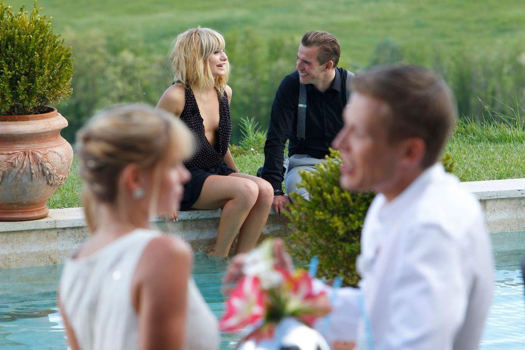 In der Finca findet eine rauschende Poolparty statt, und Paul (hinten) und Marcel (vorne) nutzen die Chance, einige Frauen etwas näher kennen zu ler... - Bildquelle: Richard Hübner ProSieben